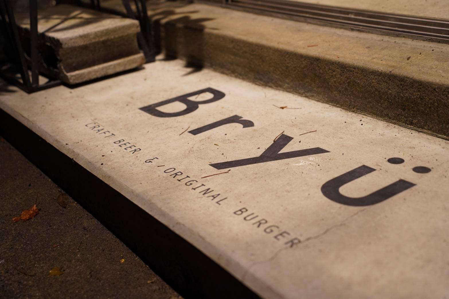 店舗入口のBRYÜロゴ